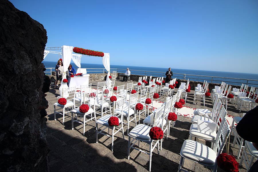 Blue sea merges with the blue of the sky, and Norman castle could be the ideal venue for a wedding in Sicily